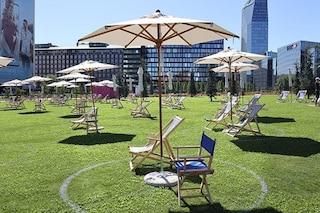 """La spiaggia """"verde"""" e gratuita sotto i grattacieli di Porta Nuova: a Milano riapre il LidoBam"""