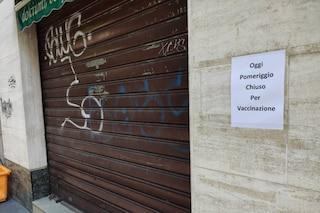 """Il negozio """"chiuso per vaccinazione"""" a Milano: la foto che racconta la nuova quotidianità"""