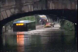 Nubifragio a Busto Arsizio, paura per i passeggeri di un bus intrappolato nell'acqua