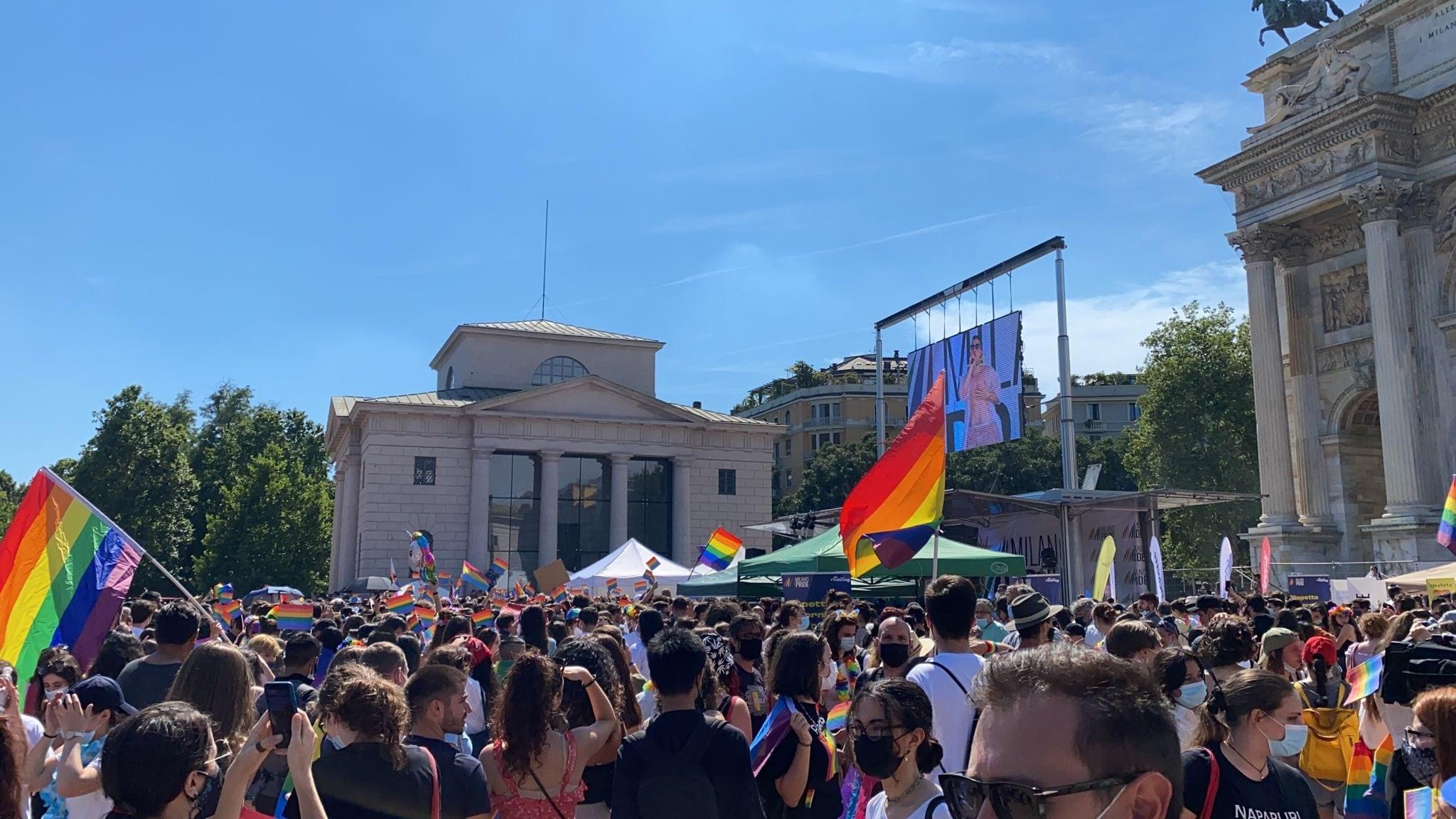A Milano migliaia di persone scendono in piazza per il Pride 2021