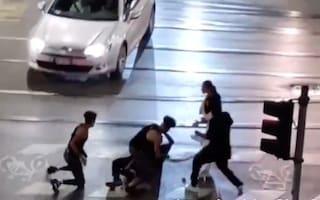Picchiano un rider con cocci di bottiglia: tre indagati, si cercano gli altri membri della banda
