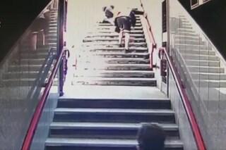 La spintonano sulla scale per rubarle il cellulare, ma le videocamere li incastrano: arrestati