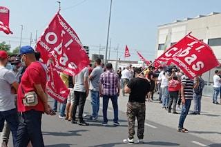 """Nuovo presidio operai Fedex dopo gli scontri: """"Pagano bodyguard per picchiarci, ma non ci fermeremo"""""""