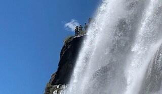 Tenta di attraversare il torrente e precipita da una cascata: muore una donna, ferito il compagno