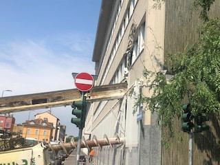 """Trivella cade su un palazzo a Milano, un testimone: """"È entrata nell'ufficio, sembrava l'apocalisse"""""""