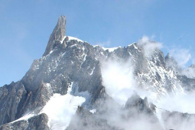 Incidente in montagna, alpinista lecchese muore precipitando dal Dente del Gigante sul Monte Bianco