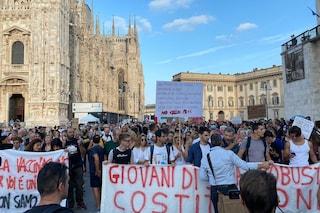 A Milano corteo non autorizzato con migliaia di No Green Pass e No Vax: traffico impazzito