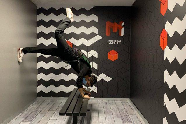 A Milano il museo delle illusioni, tra cambi di gravità e fascino dell'impossibile