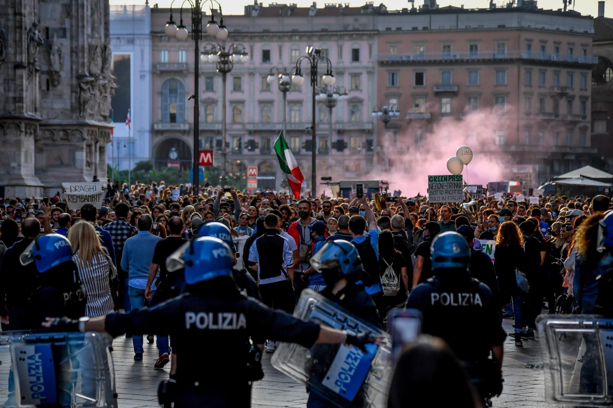Ancora un corteo di No green pass a Milano: scontri con la polizia,  arrestate 5 persone