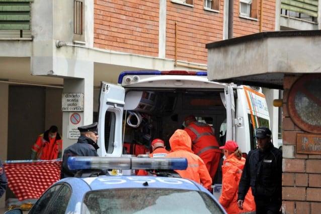 Milano, precipita mentre pota un albero: grave un giardiniere di 42 anni