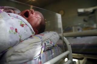 Bambino di quattro mesi massacrato di botte a Mantova: arrestata la madre