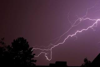 Allerta meteo a Milano e Lombardia, fulmine cade su una villetta di Albairate