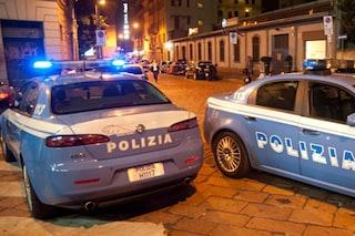 Milano, ubriaco devasta auto parcheggiate e aggredisce poliziotti: 21enne arrestato