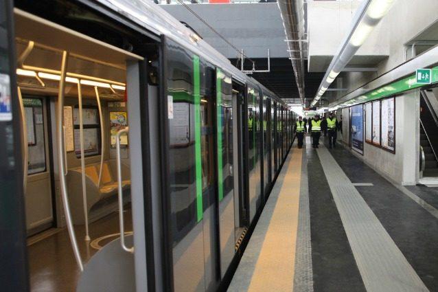 Uno dei moderni treni della M2 fermo in una stazione