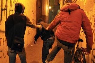 """Milano, presa la baby gang """"modaiola"""": giovane rapinatore incastrato dalle Nike rubate a un coetaneo"""