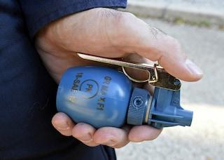 Brescia, rischia di fare esplodere il tetto di casa con due granate: usava gli ordigni come addobbi