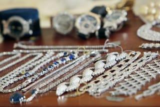 Milano, colpo grosso in via dell'Orso: ladri portano via 30mila euro in gioielli da un appartamento