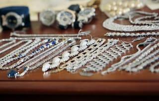 Truffa e rapina da 50 mila euro a un gioielliere: in manette banda di insospettabili