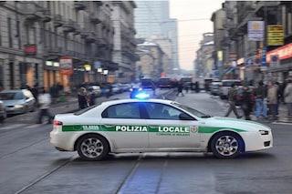 Milano, l'auto è bloccata nel traffico: i vigili la scortano in ospedale e salvano un bimbo
