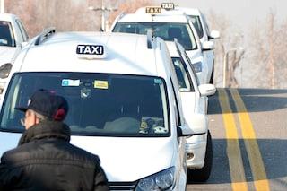 Milano, tassista rapinato da finto cliente armato di pistola in zona Comasina