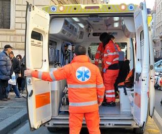 Monza, donna rimane incastrata sotto l'auto che l'ha investita: salvata dai passanti