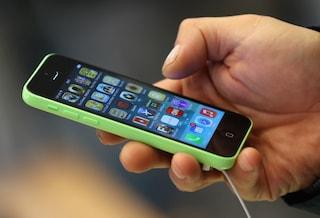 Gallarate, gli esplode lo smartphone mentre è al telefono con un amico: rischia l'udito