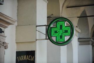 Milano, entra in farmacia con un coltello e la svaligia mentre il complice fa il palo: arrestati
