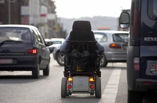 Cinisello Balsamo, 89enne si smarrisce e imbocca la tangenziale in carrozzina: salvato dalla polizia