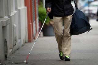 Rezzato, falso cieco ruba un'auto e fugge: inseguito dalla polizia si tuffa nel Naviglio