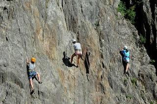 Precipita nel vuoto e sbatte la testa durante una scalata: gravissimo 40enne nel Bresciano