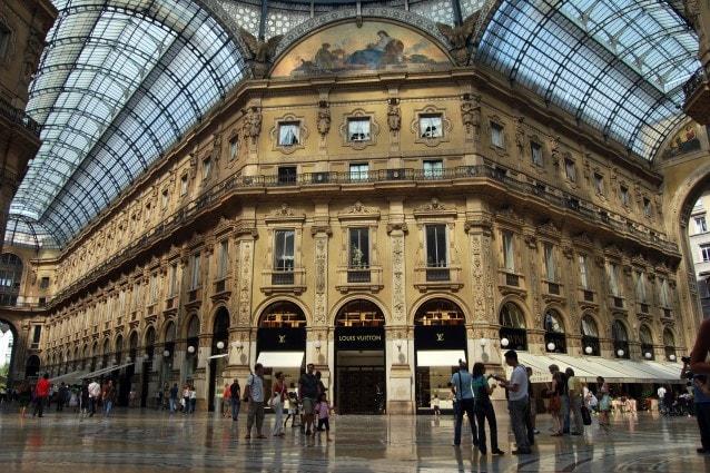 Milano, ha un infarto in Galleria Vittorio Emanuele: salvato grazie al defibrillatore