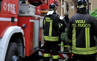 Milano, incendio provocato da un caricabatterie distrugge appartamento: grave un 46enne