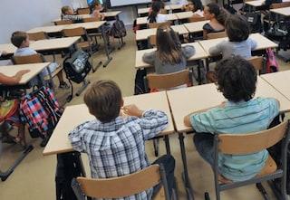 """Studente di scuola media messo faccia al muro in classe con la scritta """"asino"""": polemiche a Milano"""
