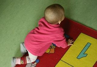 Bimbo di un anno e mezzo si arrampica sul lettino e precipita dalla finestra: paura a Orzinuovi