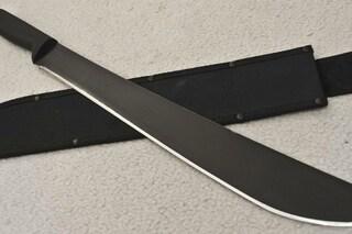 Ragazzo aggredito a colpi di machete, rischia di perdere un braccio: fermati tre giovani