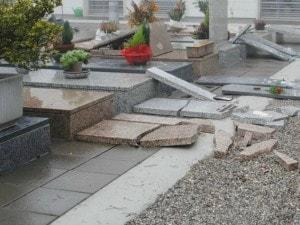Raid al cimitero di Calcinatello: ladri aprono la tomba di una donna e rubano gioielli e pelliccia