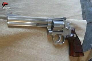Manerba, uomo insulta e minaccia i clienti di un locale: nel marsupio aveva una pistola carica