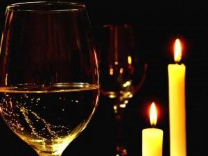 Spumante e candele per una cena romantica