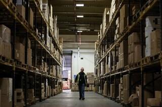 Rubavano pacchi e telefoni nel deposito in cui lavoravano: arrestati due magazzinieri