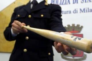 Follia a Milano, a petto nudo e con una mazza da baseball spacca le auto in sosta: arrestato