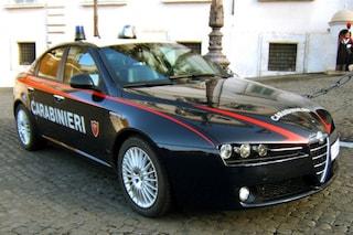 Minaccia di lanciarsi da un ponte: carabiniere lo convince a scendere regalandogli la giacca