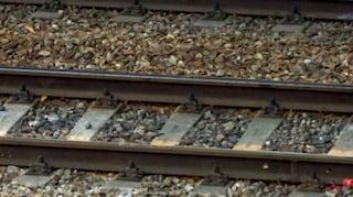 Parabiago, si stende sui binari per gioco e viene ucciso dal treno: inchiesta per omicidio colposo