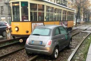 Milano, auto svolta a sinistra e viene centrata dal tram: traffico in tilt in zona Porta Romana