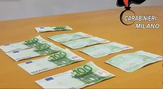 Milano, compravano cellulari pagandoli con banconote false: arrestate sette persone