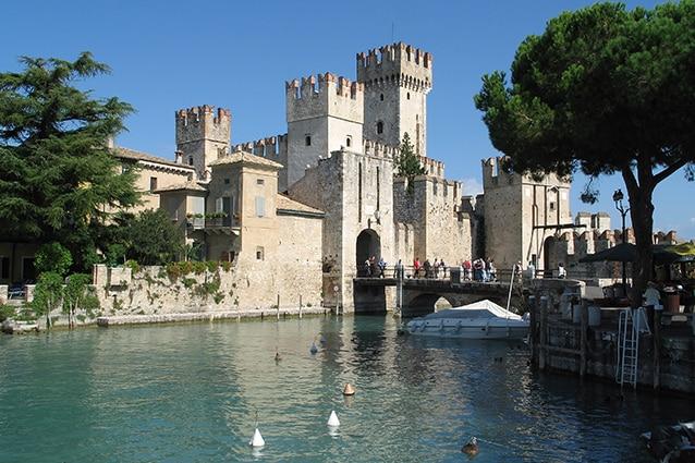 Castello di Sirmione (Wikipedia).