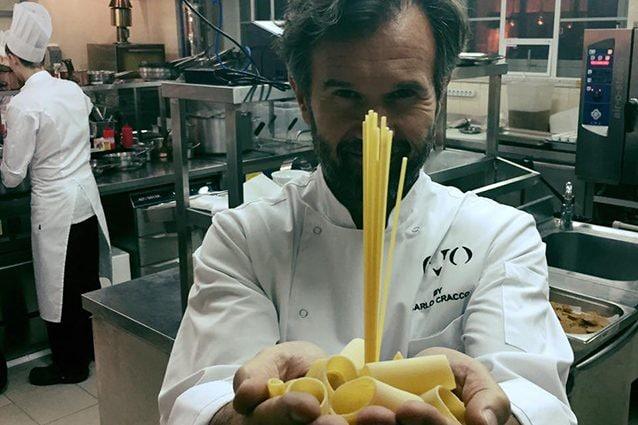 Carlo Cracco, chef bistellato del ristorante che prende il suo nome (Facebook).