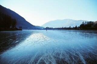 """Col freddo il lago di Endine torna a ghiacciarsi: si potrà """"camminare"""" e pattinare sull'acqua"""