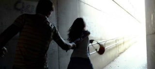 Violenta una minorenne fuori dalla stazione di Saronno: arrestato un ragazzo di 22 anni