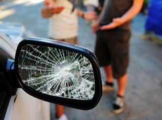 Melegnano, seminudo danneggia auto e importuna passanti, poi aggredisce i carabinieri: arrestato