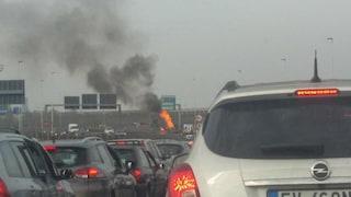 Milano, si incendia una Porsche sulla Tangenziale nord: code in direzione della Milano-Meda